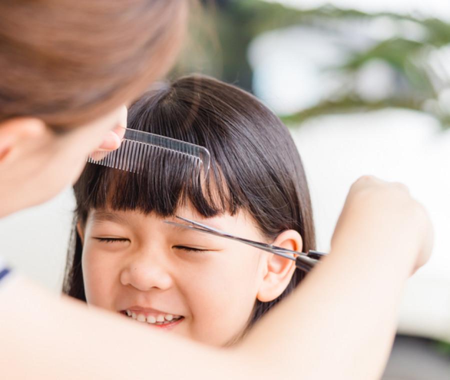 tagliare-capelli-a-un-bambino