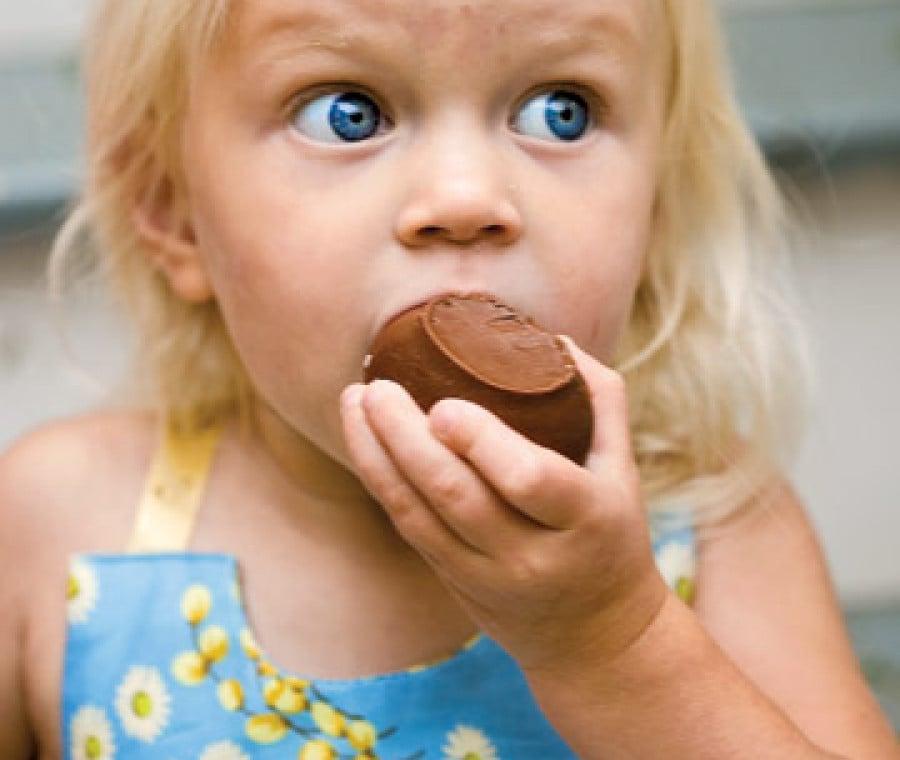 bimba-bionda-uovo-cioccolato
