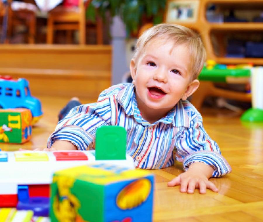 bambino-gioca-asilo