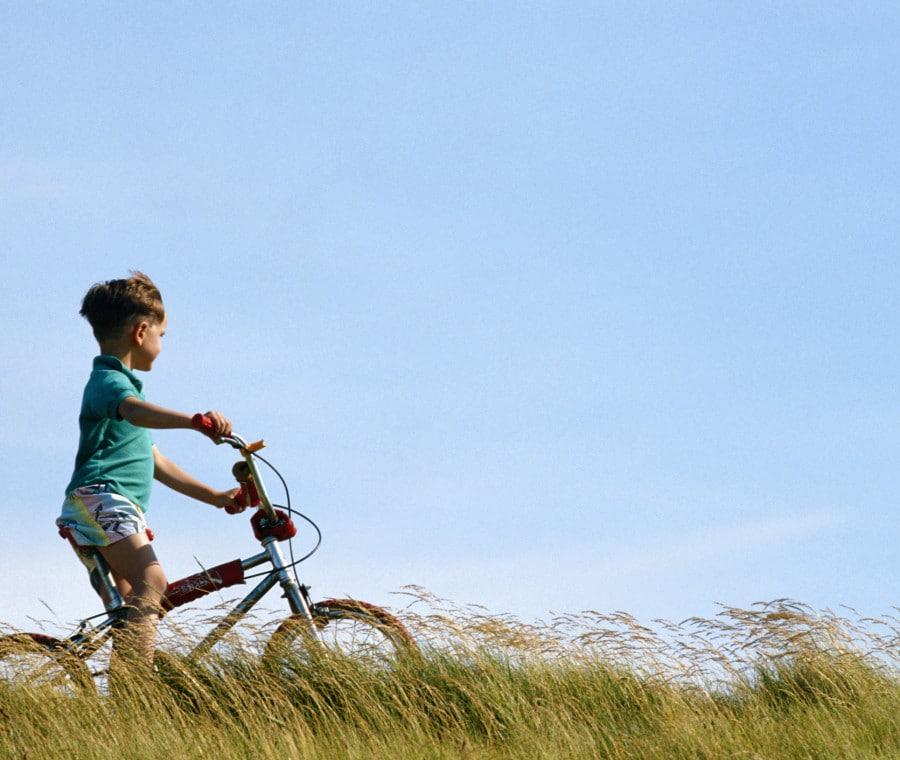bambino-bici-prato