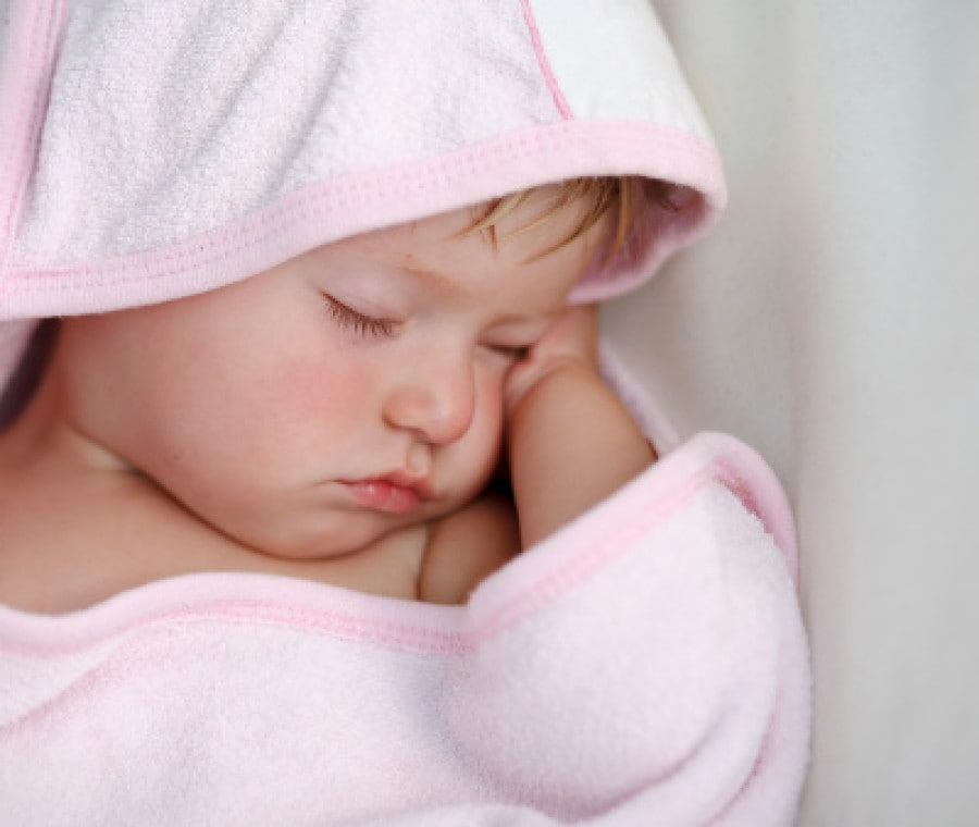 bambino-dorme-accappatoio