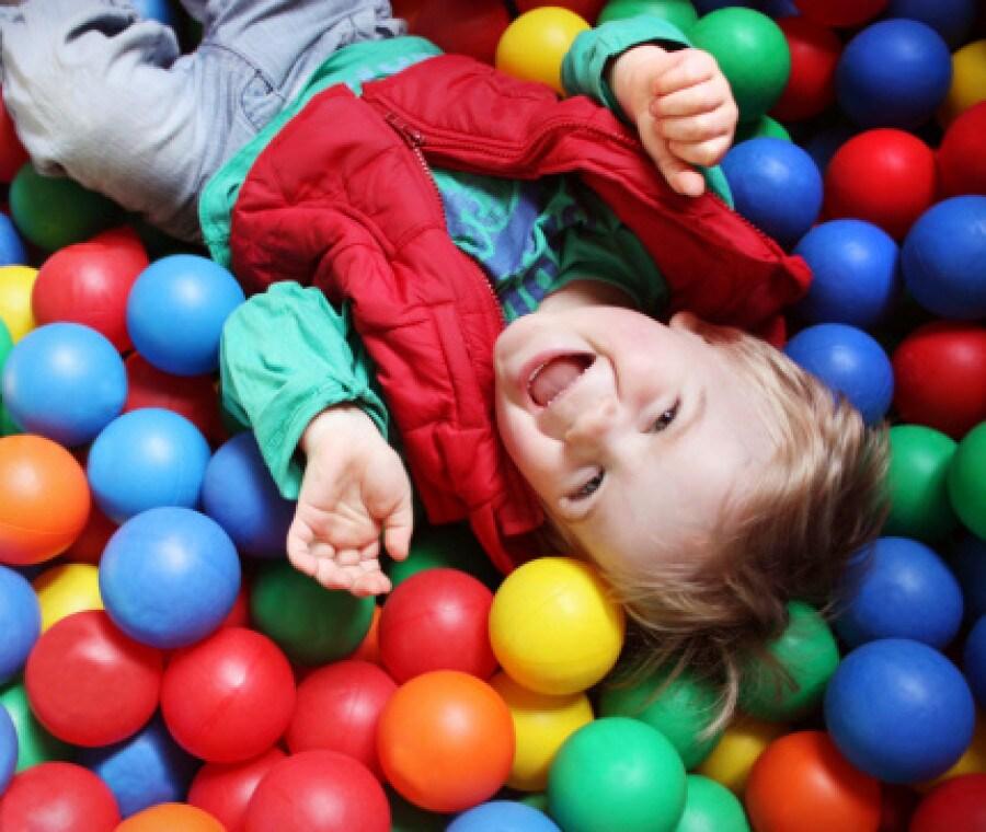 bambino-che-gioca-palle-colorate