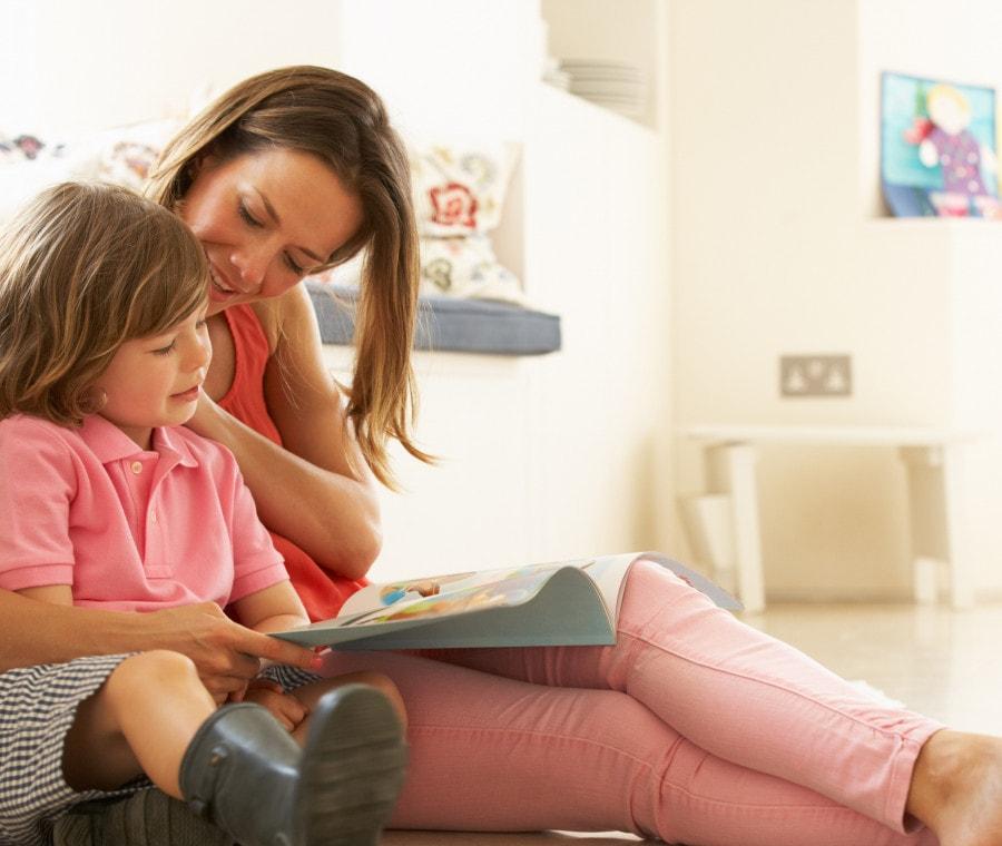 bambina-con-mamma-che-leggono