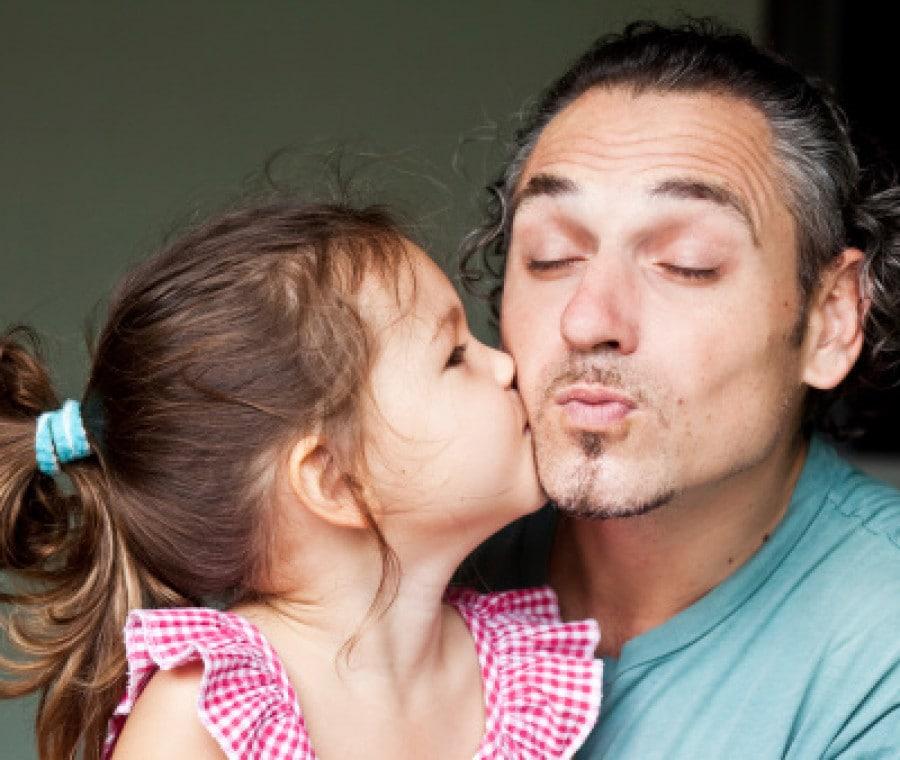 bambina-che-bacia-il-papa