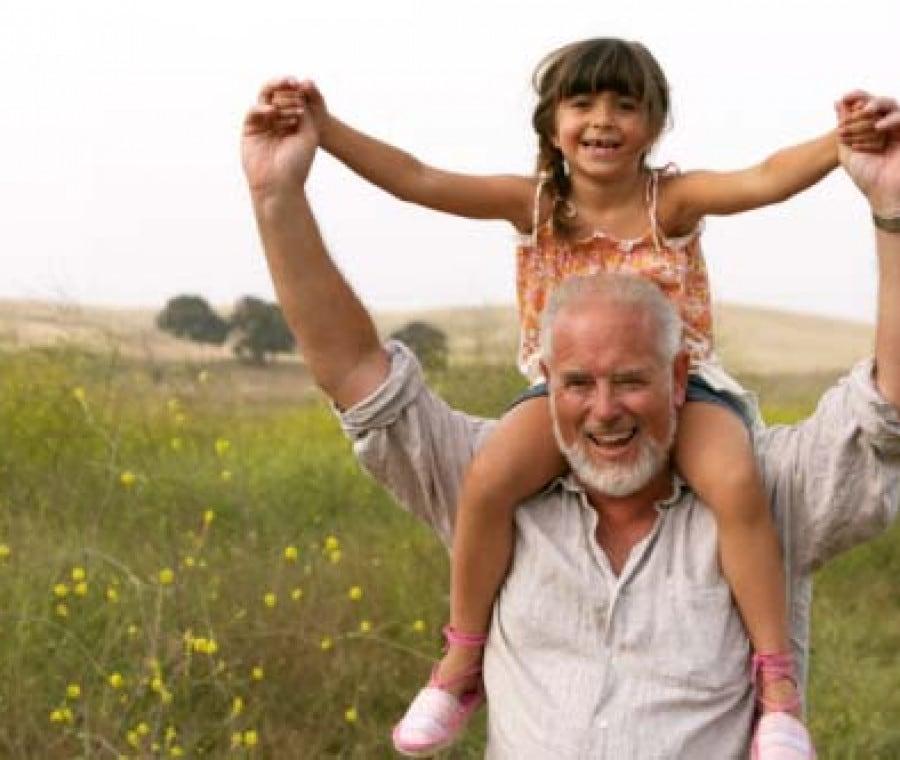 nonno-con-nipotina-sulle-spalle