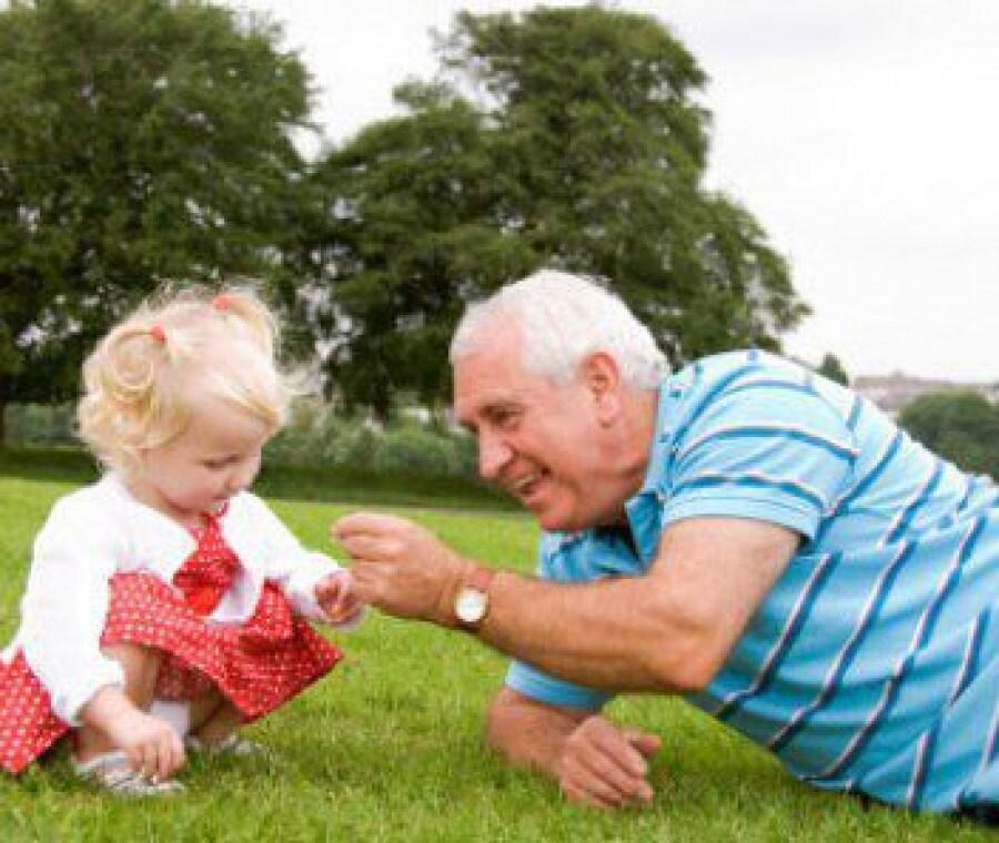 nonno-e-nipotina-sul-prato