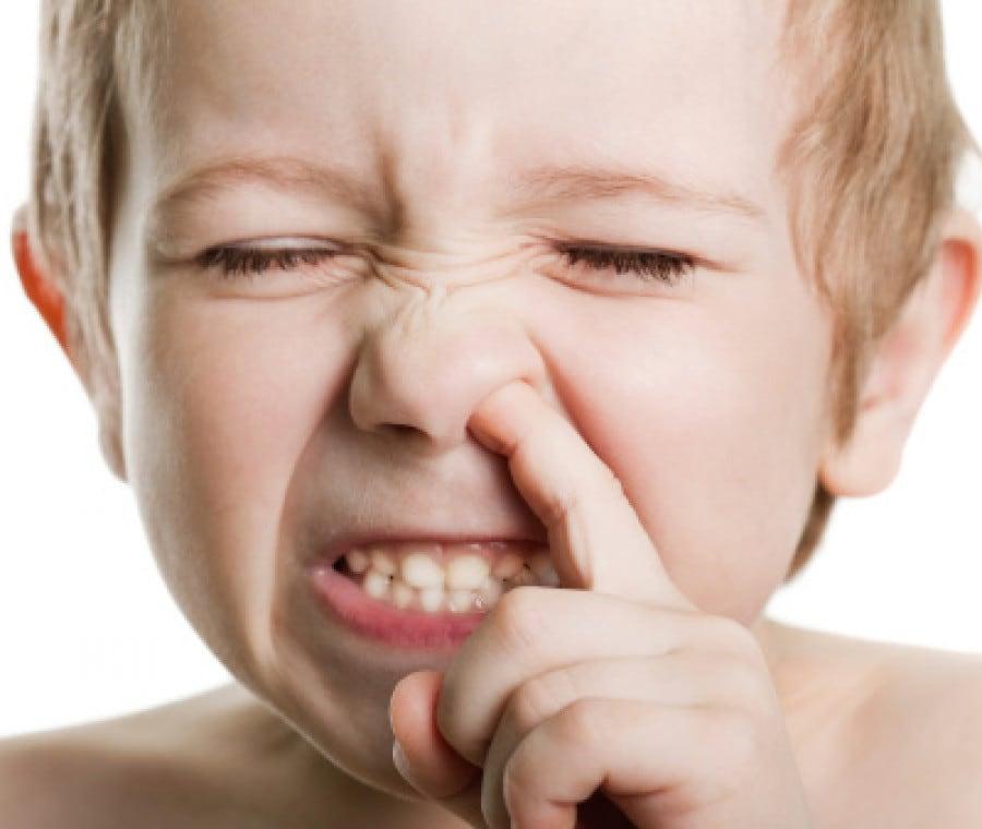 bambino-che-si-fa-male-al-naso-per-pulirlo
