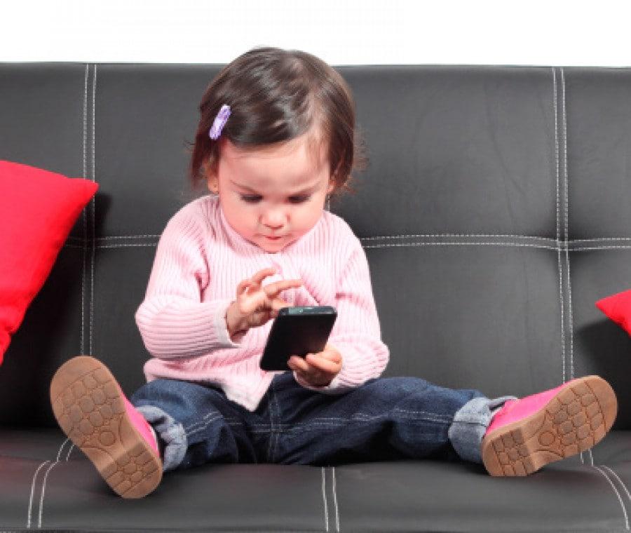 bambina-con-smartphone