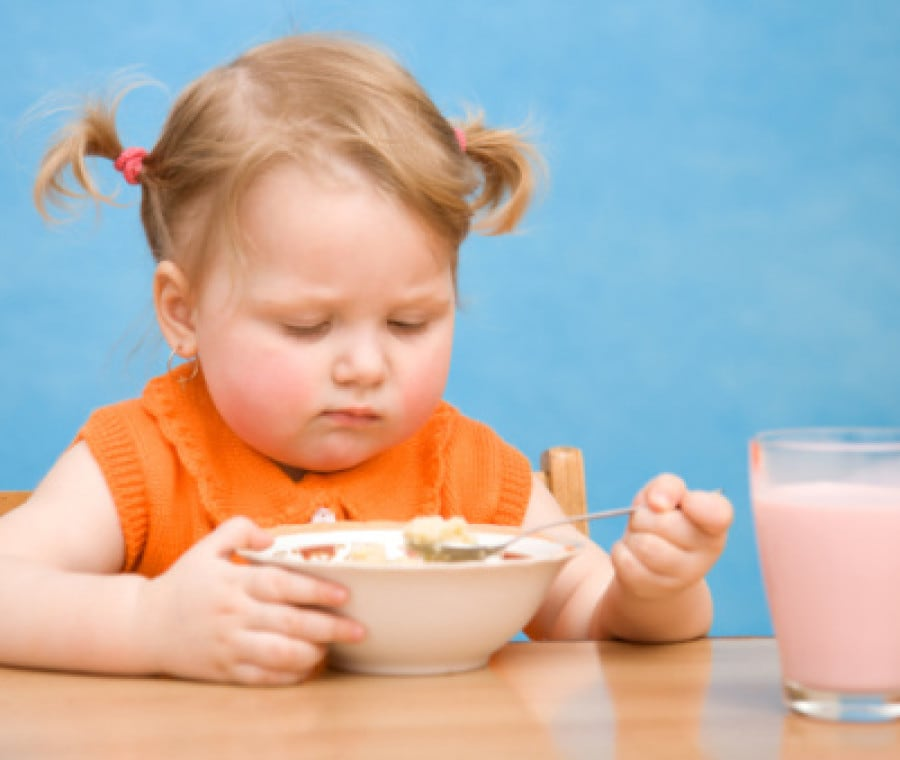 bambina-mangia-cereali