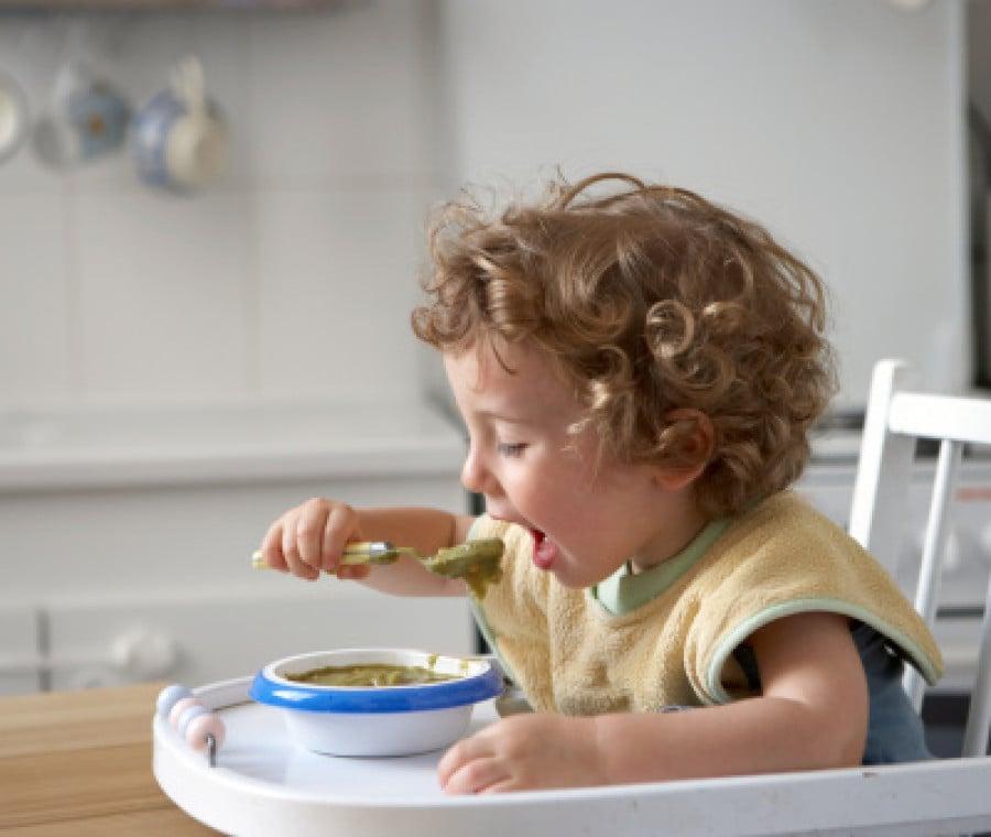 bambino-mangia-sul-seggiolone