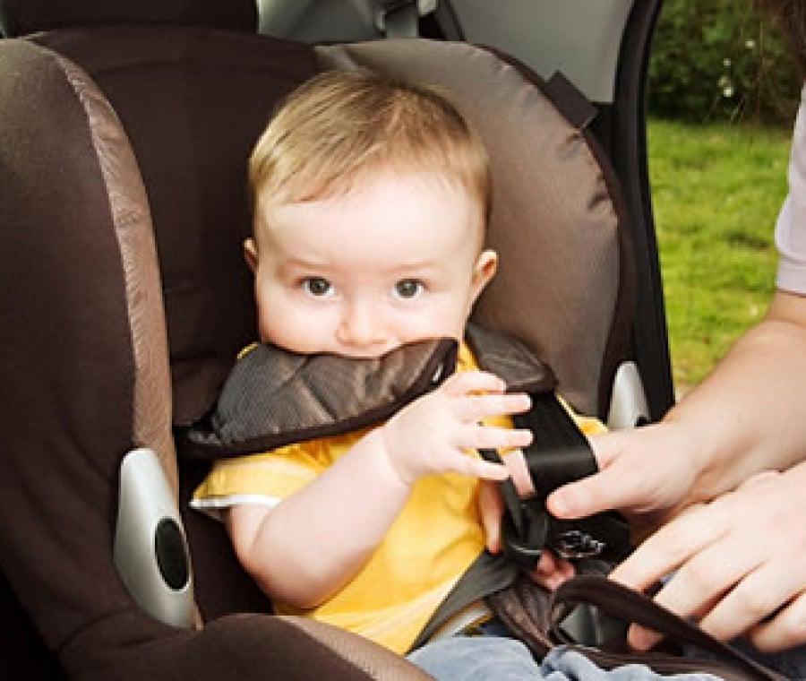 bambino-mangia-seggiolino-auto