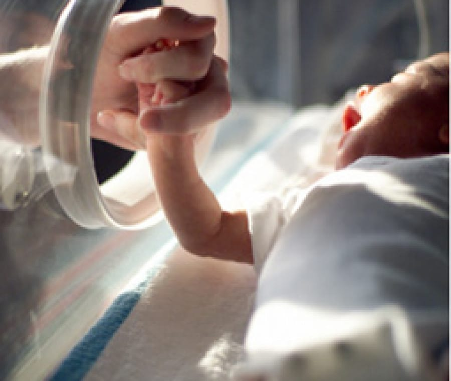 bambino-prematuro-in-incubatrice_1
