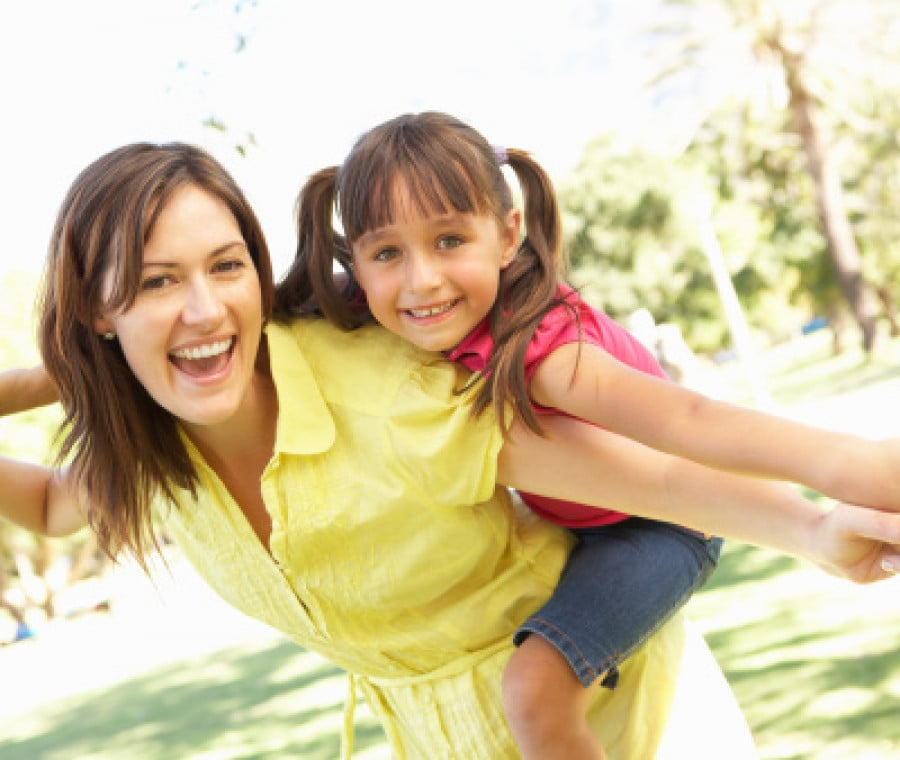 una-mamma-allegra-con-la-figlia