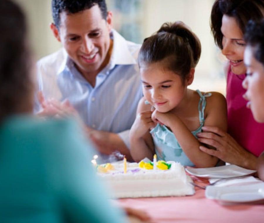 Bambina che festeggia il compleanno in un ristorante