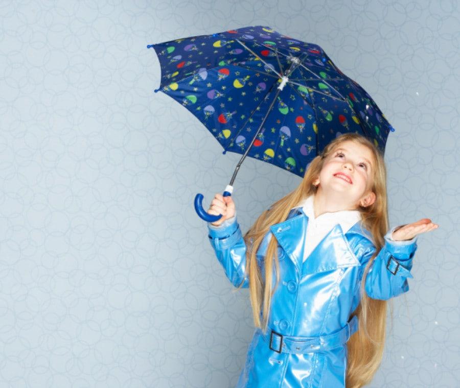 bambina-alla-moda-sotto-la-pioggia