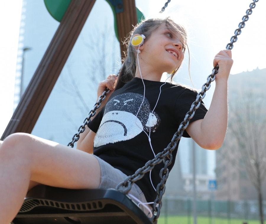 Bambina sull'altalena con maglia Drunknmunky