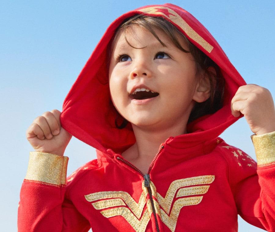 Bambina con giacchetto Gap Wonder Woman