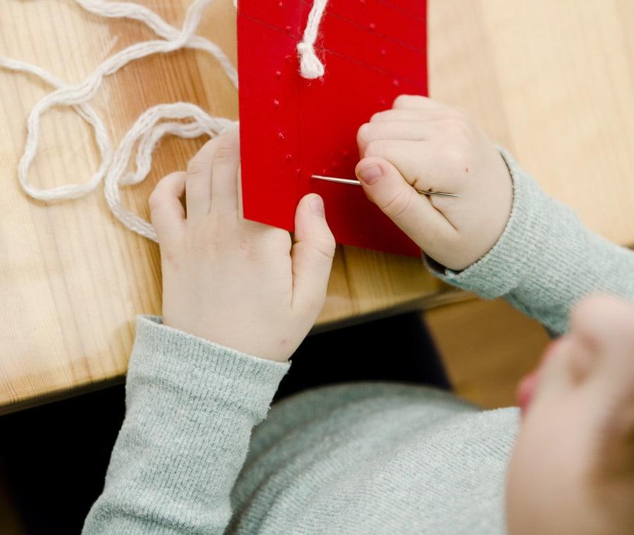 Lavoretto Montessori con ago e filo