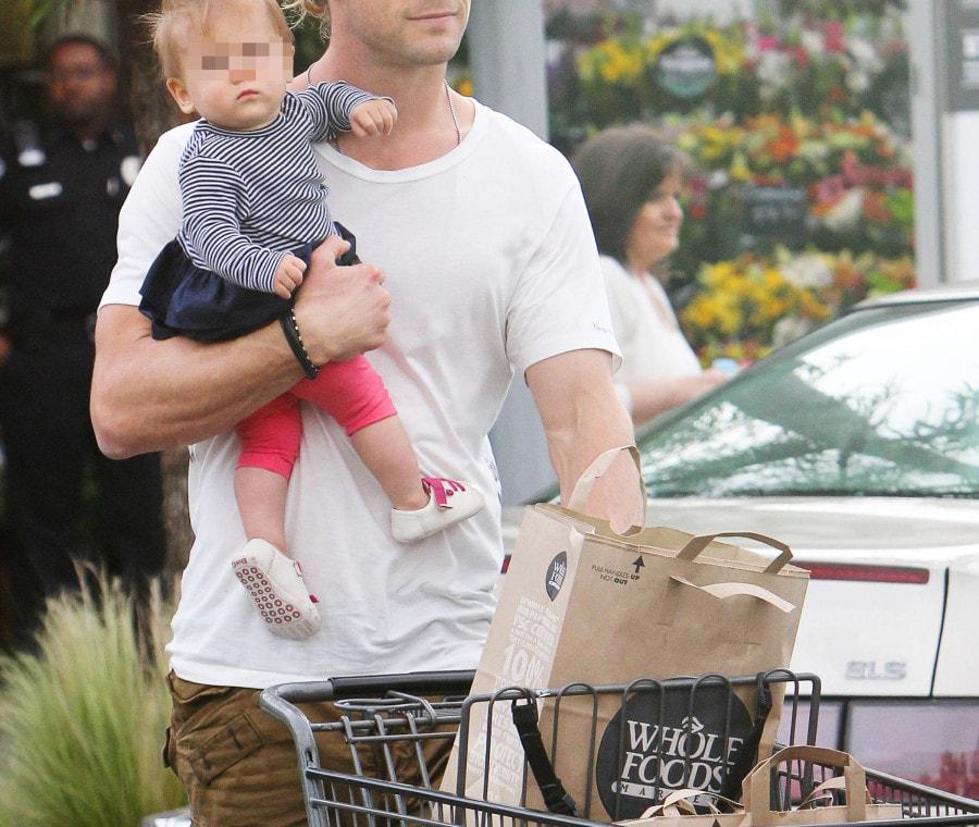Chris Hemsworth tiene in braccio India Rose