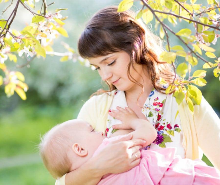 mamma-che-allatta-in-un-parco