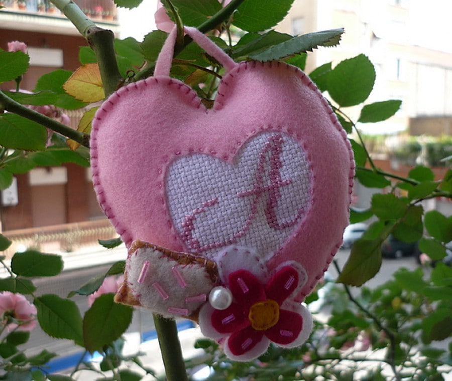 cuore di pannolenci ricamato a punto croce