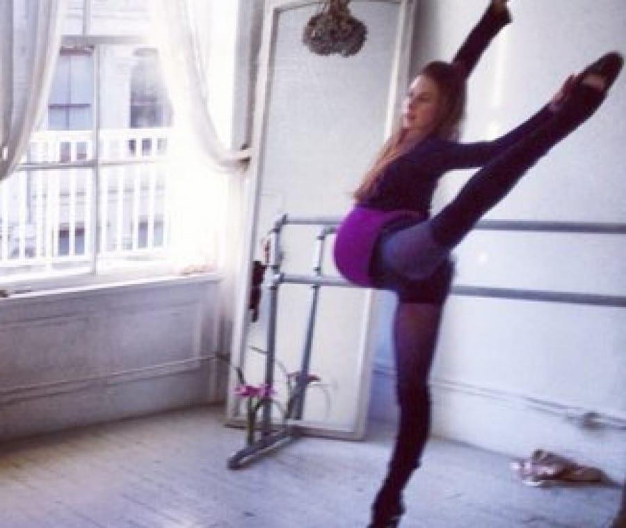 Ballerina che fa le prove con il pancione