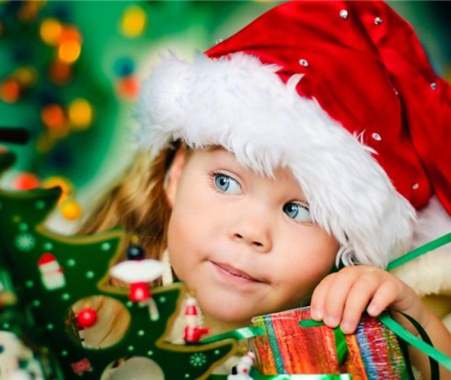 bambina-con-regali-e-cappello