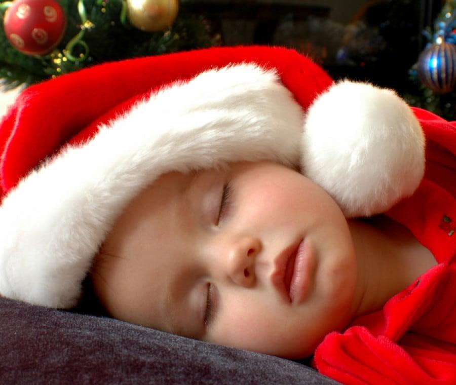 bimbo-addormentato-con-cappello