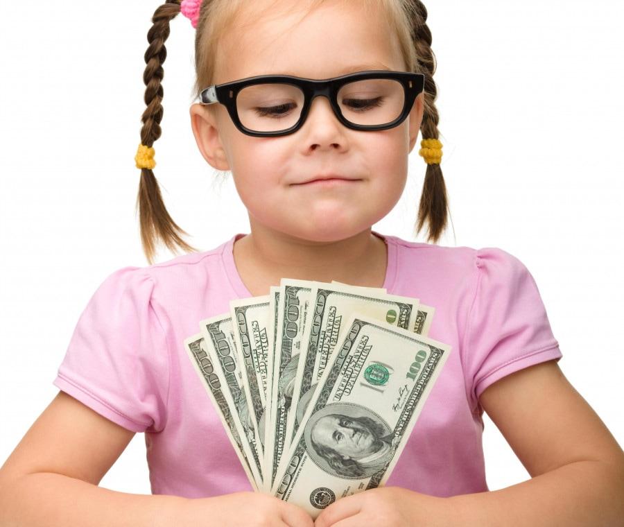 bambina-con-soldi-in-mano