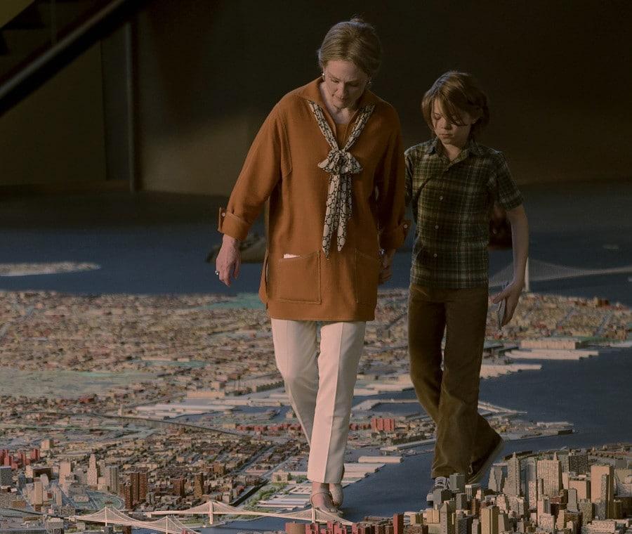 Rose e Ben camminano tra i palazzi del panorama