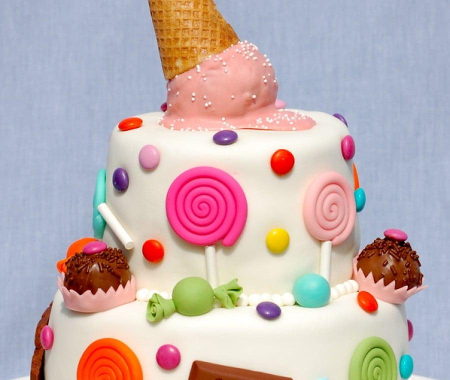Torta di compleanno con caramelle